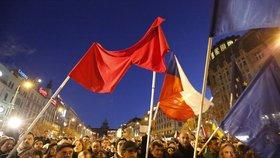 """""""Miloši, už blbneš! Ať žije Havel!"""" 3000 lidí demonstrovaly v centru Prahy"""