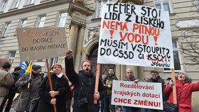 """""""Špatně naporcovaný medvěd."""" Starostové demonstrují v Praze proti dělení peněz"""