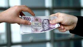 Mikropůjčka jako první krok k exekuci? Experti: I pár tisíc může vést do dluhové pasti