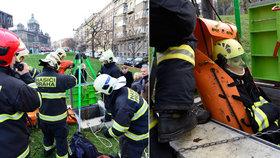 Zásah v pražském podzemí: Hasiči zachraňovali zraněnou ženu, naštěstí cvičně