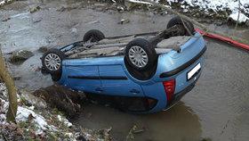 Na střeše a ještě v potoce: Muž na Vsetínsku nezvládl řízení na uježděném sněhu