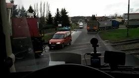 Děsivá scéna na přejezdu v Dobrovici: Vlak před autem zabrzdil na poslední chvíli!