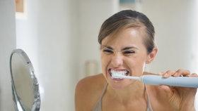 Čistíte si zuby elektrickým kartáčkem? Opatrně, možná si ubližujete
