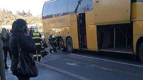 Hořel autobus Student Agency: Ze zadního kola šlehaly plameny
