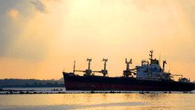 Desítky lidí byly zachráněny z potápějící se lodi u ostrova Sulawesi, další hledají