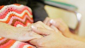 Ukáže stát lidskou tvář? Na péči o nemocného příbuzného možná dá půl roku volna