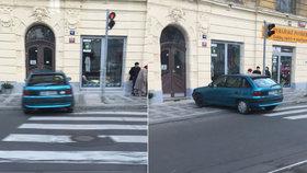 Macho parkování na Letné: Trotl zapíchl auto přímo na přechodu
