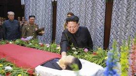 I vůdce Kim má slzy. Nad rakví oplakává jednoho ze svých nejbližších soudruhů