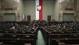 Cenzura v polském parlamentu: Za fotku bosé poslankyně rok zákaz vstupu