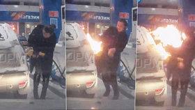 Hlupačka z Ruska si hrála se zapalovačem na benzince a podpálila si auto