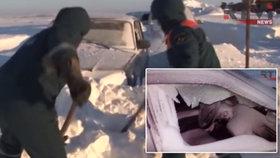 Řidiči v Rusku uvízli ve vánici: 15 hodin čekali na záchranu
