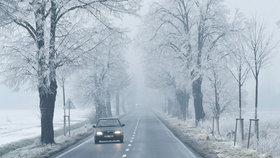 Mrznoucí mlhy, mrholení a ledovka: Počasí komplikuje dopravu v celé zemi