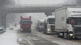 Zima nedá řidičům pokoj ani o víkendu. Silnice jsou namrzlé, začne znovu sněžit