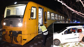 Přes výstražná červená světla vjela na přejezd a srazil ji vlak: Řidička z místa utekla