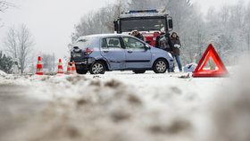 Sníh na silnicích komplikuje dopravu, Česko sevře silný mráz