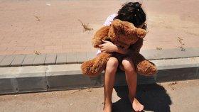 Matka pomohla znásilnit svou dceru (12) synovci, se kterým měla sex. Držela jí nohy