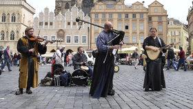 Praha versus pouliční umělci: Zákaz hobojů a povinné střídání břehů