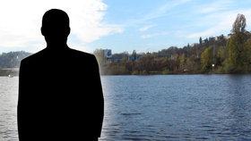 Senior (†67) po hlavě upadl do Vltavy: Bezvládné tělo vytáhli potápěči kousek od místa pádu