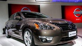 Nissan svolává téměř 930 tisíc aut. Vystřeluje jim během jízdy kapota