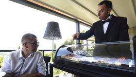 Falešný úsměv pro Klause a luxusní restaurace: Jak se dělá rozhovor s Babišem?