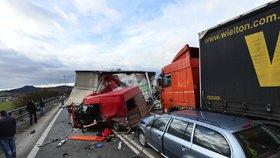 U Jičína se srazily dva kamiony, dodávka a osobák: Jeden člověk zemřel