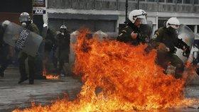Řecko stávkuje: Desetitisíce lidí vyšly do ulic, házely zápalné bomby a kameny