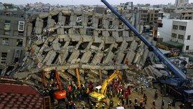 Zřícený bytový komplex na Tchaj-wanu: Pod troskami je uvězněno asi 130 lidí
