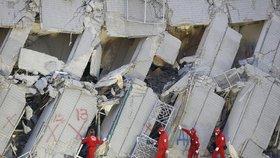 Z trosek vytáhli po 30 hodinách mimino. Počet obětí zemětřesení na Tchaj-wanu roste