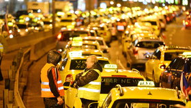 Taxikáři budou v pondělí kroužit u letiště. Vytvoří pomalu jedoucí kolonu
