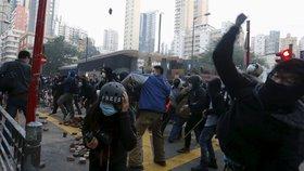 Pepřáky, obušky, cihly: Hongkongem otřásají pouliční nepokoje, kvůli stánkařům