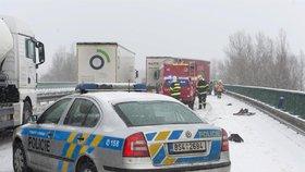 Čerstvý sníh komplikuje dopravu v krajích. Kamiony neprojedou na Slovensko