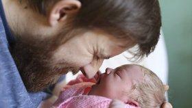 Otec přivedl na svět dceru na zemi v obýváku. Vše zachytil na kameru