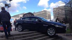 Tudy cesta nevede: Rakušan zaparkoval luxusní jaguár na schodech před pražským Hiltonem