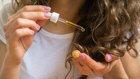Test olejů na vlasy: Které pomůžou na třepící se konečky a nezatíží vlasy?