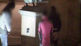 Skupinové močení do kašny: Ke dvěma mužům v Novém Jičíně se připojila i žena