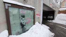 Tajuplný umělec Banksy vyzdobil městečko, milionová díla lidé přemalovali
