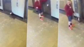 Psa na vodítku škrtil výtah, na pomoc mu přiběhl hrdina