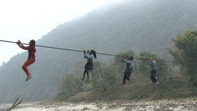 Nejnebezpečnější cesta do školy: Nepálští školáci denně riskují své životy!