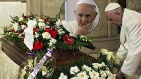 Zarmoucený papež pohřbil svou těhotnou sekretářku: K rakvi jí přinesl bílé růže