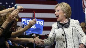 """Clintonová drtivě porazila Sanderse. Teď oba čeká volební """"superúterý"""""""