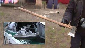 Muž vydával zvuky jako indián, pak sekyrou zaútočil na policisty a zranil je