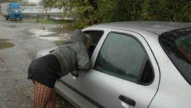 """Prostitutky se po letech vrací na silnice u Znojma: Za """"číslo"""" chtějí pár stovek"""
