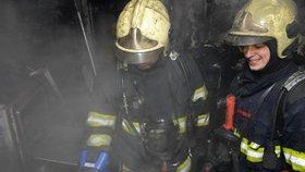 Požár zahradní chatky v Tachově: Uvnitř našli tři těla!
