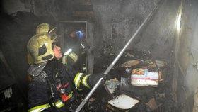 """Policisté zachraňovali tři lidi z hořícího domu: """"Sběratel"""" dům zaplnil papírem a odpadky"""
