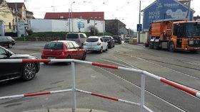 Výluka tramvají přitížila Balabence a Palmovce. Řidiči ignorují značky