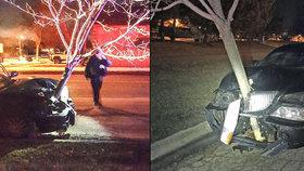 Namol opilá řidička jela v autě se zaseknutým stromem, do kterého nabourala