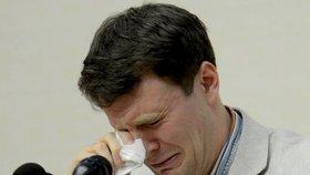 Plakal u soudu, ale stejně dostal 15 let prací. V KLDR odsoudili Američana
