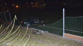 Opilý řidič vletěl s autem na fotbalové hřiště: Nadýchal téměř dvě promile