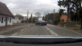 Kradené Audi měli převézt do Polska: Zfetovaný řidič ujížděl Trutnovem rychlostí 135 km/h