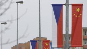 """Pražané """"cupují"""" čínskou výzdobu. """"Raději ukázat tibetskou vlajku,"""" míní Zdeňka"""